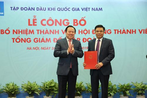 Dong-chi-Nguyen-Hoang-Anh-trao